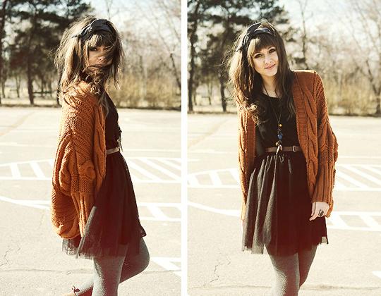 黑色连衣裙搭配棕色针织开衫