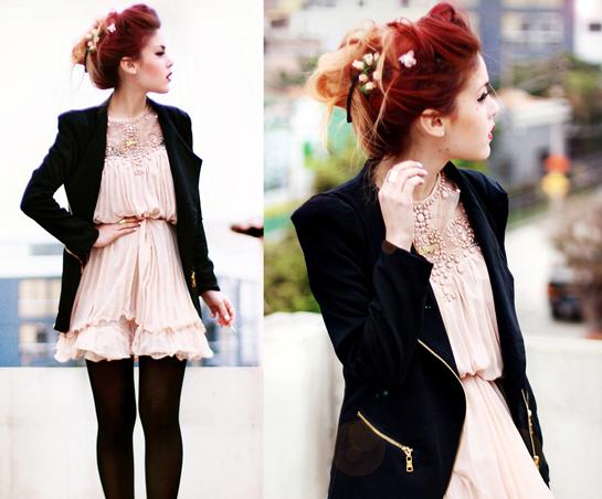 粉色连衣裙搭配黑色夹克外套