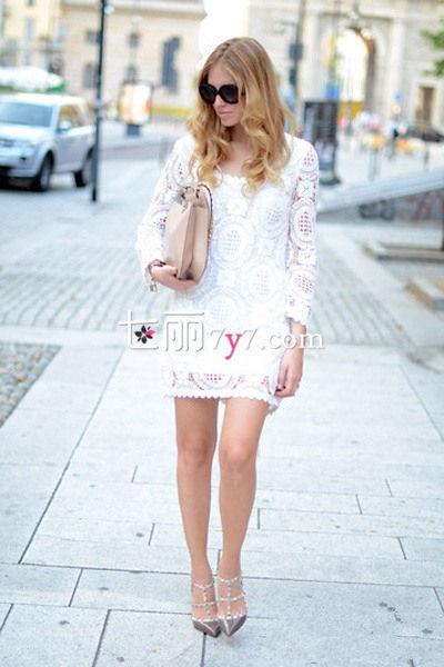 白色蕾丝连衣裙搭配Look2