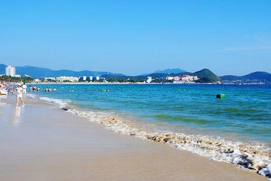 大东海之前是外国人最爱的海滩,他们外放的性格喜欢在这里裸晒,继而很多国人也有在这里裸晒的。随着裸晒的人增多,并且裸晒在中国还不符合规定,所以现在大东海命令禁止了裸晒。大东海月牙形的海湾,辽阔的海面晶莹如镜,只见白沙融融,阳光、碧水、沙滩、绿树构成了一幅美丽的热带风光。这里四季如春,水暖沙平。这里的海湾呈弓形,东南平行的两条小山脉就像两道堤墙筑入浩瀚的南海,铸成海湾和屏障。在这最舒服的海滩上度过一整个下午真的是再舒服不过了。 阳光沙滩美丽心情--大东海