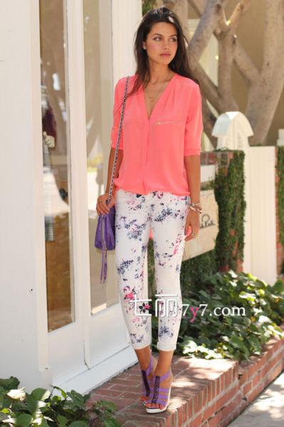 T恤和衬衫搭配印花裤 夏季单品巧妙穿搭显时髦
