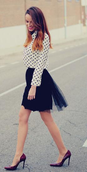 黑色半身裙搭配白色印花衬衫