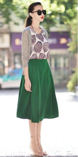 绿色半身裙搭配假两件上衣