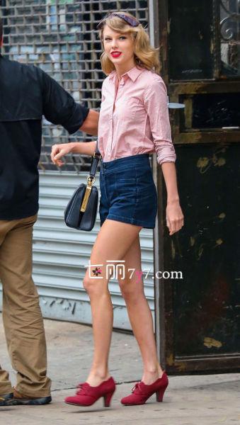 粉红色衬衫搭配高腰牛仔短裤
