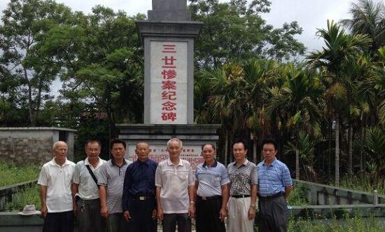 """6月12日,""""三·廿一惨案""""部分幸存者和遇难者后人在纪念碑前合影。南国都市报记者王洪旭摄"""