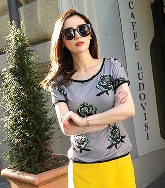 LOOK1:T恤+亮黄色包臀裙