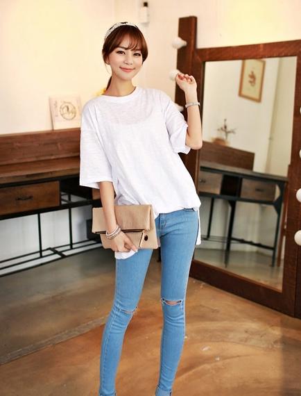 白色T恤衫+破洞牛仔裤