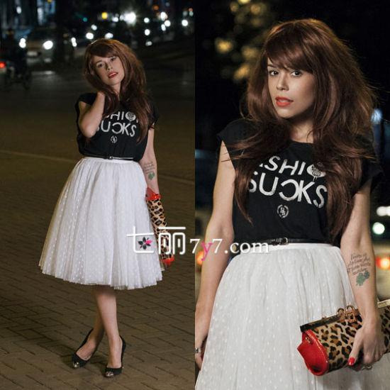 黑色T恤搭配白色公主裙