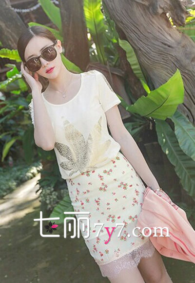 搭配一:白T恤+碎花包臀裙