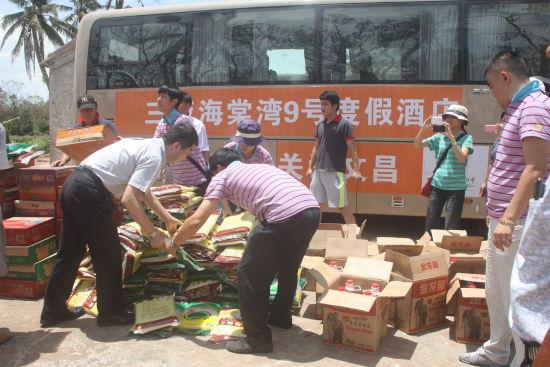 三亚海棠湾9号度假酒店总经理韩永和先生给村名发放物资