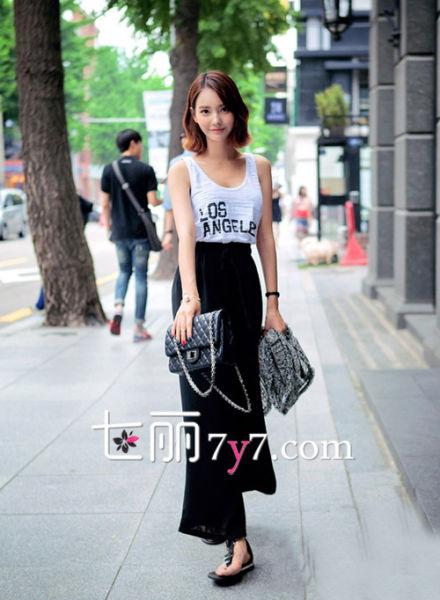 背心衫+黑色高腰阔腿裤+夹指凉鞋