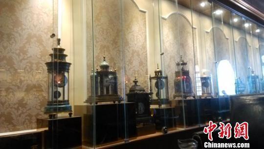 钟表店里所展示数十个老式西洋钟表。 谢辉强 摄