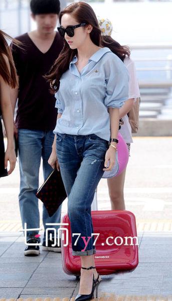 Jessica郑秀妍:浅蓝色衬衫+牛仔裤