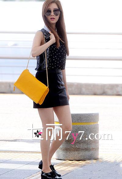 徐贤:黑色无袖上衣+短裙