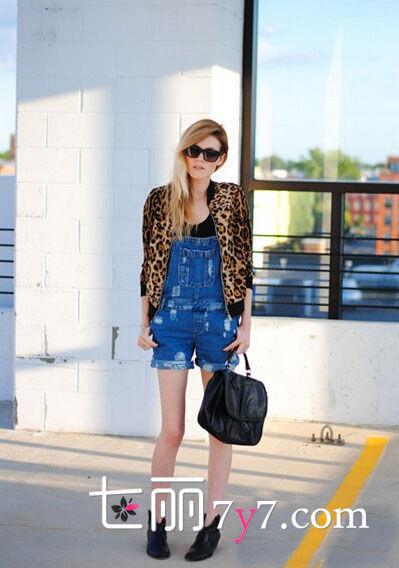 LOOK4:黑色t恤+牛仔背带裤+豹纹外套