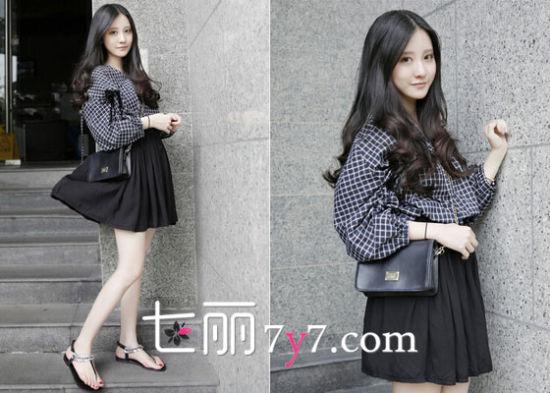 宽松格子衬衫+黑色短裙