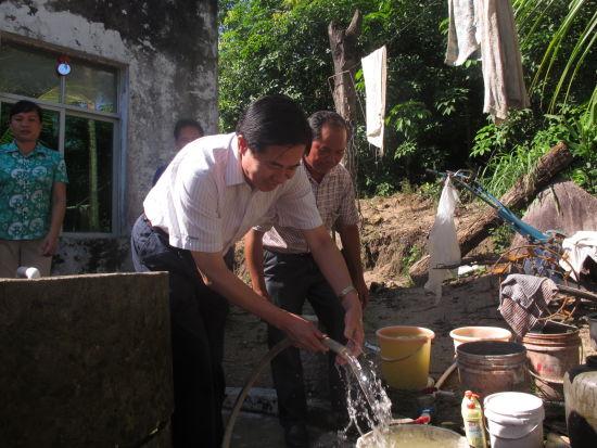 王雄书记在群英乡祖吞村查看村民家庭自来水使用情况