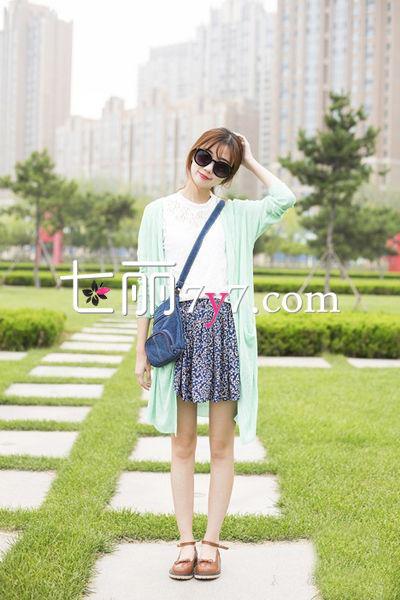 搭配要点:薄荷绿长款针织开衫+碎花短裙