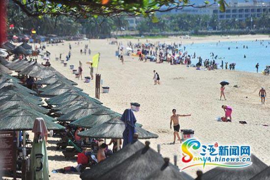 三亚大东海沙滩放置62个垃圾桶 防游客随手扔陋习