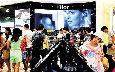 店门一开,游客们在店员的引导下有序入店选购(记者武威摄)