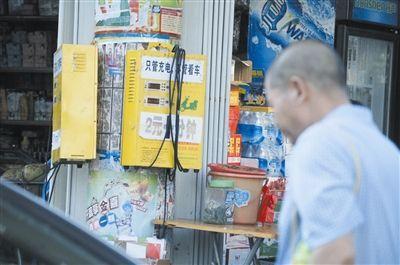 解放路边小店外摆放的电动车充电站.