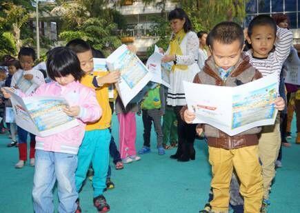 三亚市第一幼儿园的小朋友认真评选