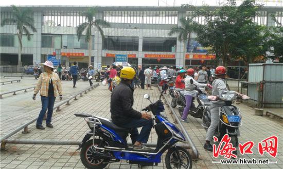 电动车、摩托车占满出租车通道