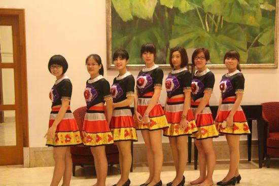 黎族姑娘带现场观众体验竹竿舞