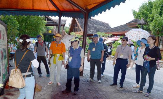 导游向考察团嘉宾们介绍热带雨林知识