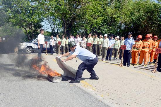 图为景区消防人员在向员工展示灭火方法