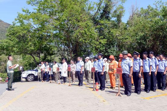 图为亚龙湾消防中队相关领导对景区演习做讲评工作