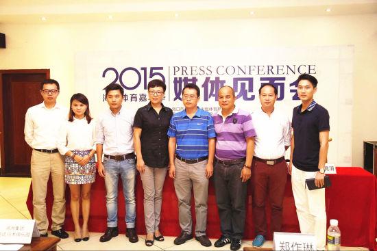 海南美兆体检医院总经理靳宝亮(左一)与赛事组委会负责人合影