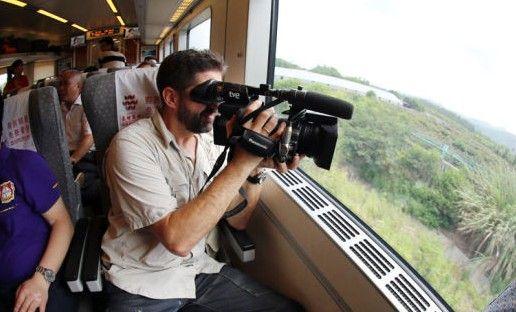 外媒记者乘东环铁